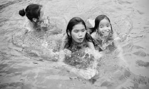 Tục tắm tiên của người dân Tú Lệ