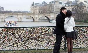 Paris tính chuyện 'giải cứu' cho các cây cầu lãng mạn