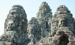 Campuchia trục xuất ba du khách chụp ảnh khỏa thân ở Angkor