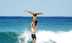 Bộ đôi tạo hình trượt băng nghệ thuật khi lướt sóng ở Honolulu