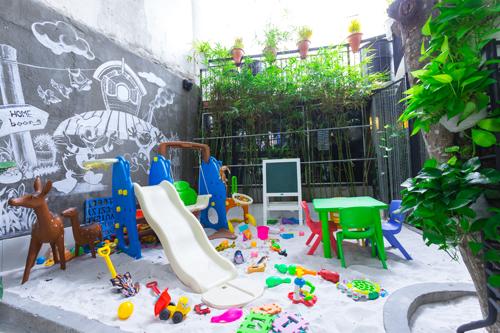 Đặc biệt, ở quán cà phê Boong có một khu vực rất được lòng các gia đình có con nhỏ. Đó chính là khu chơi đùa dành cho trẻ con. Các ông bố, bà mẹ có thể tha hồ trò chuyện, thư giãn, vừa quan sát các con chơi đùa với cát nhân tạo, đồ chơi...
