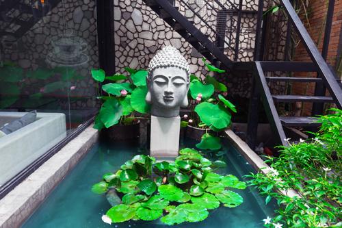 Một góc trang trí nhỏ ở quán, tạo nên sự thanh tịnh, bình yên.