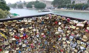 Paris bán 65 tấn khoá tình yêu quyên tiền cho người tị nạn