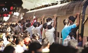 Phóng viên BBC sốc vì đám đông chen chúc lên tàu Ấn Độ