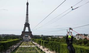 Du khách đu zipline từ tháp Eiffel với tốc độ 90 km/h
