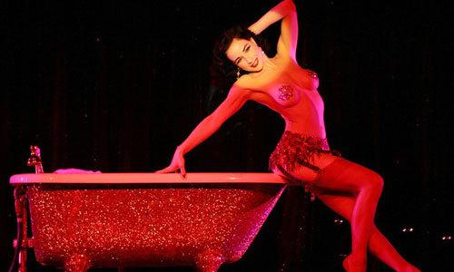 Le Crazy - show diễn ngực trần khiến đàn ông phát điên