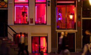 Amsterdam cấm khách nhìn gái mại dâm khỏa thân ở phố đèn đỏ
