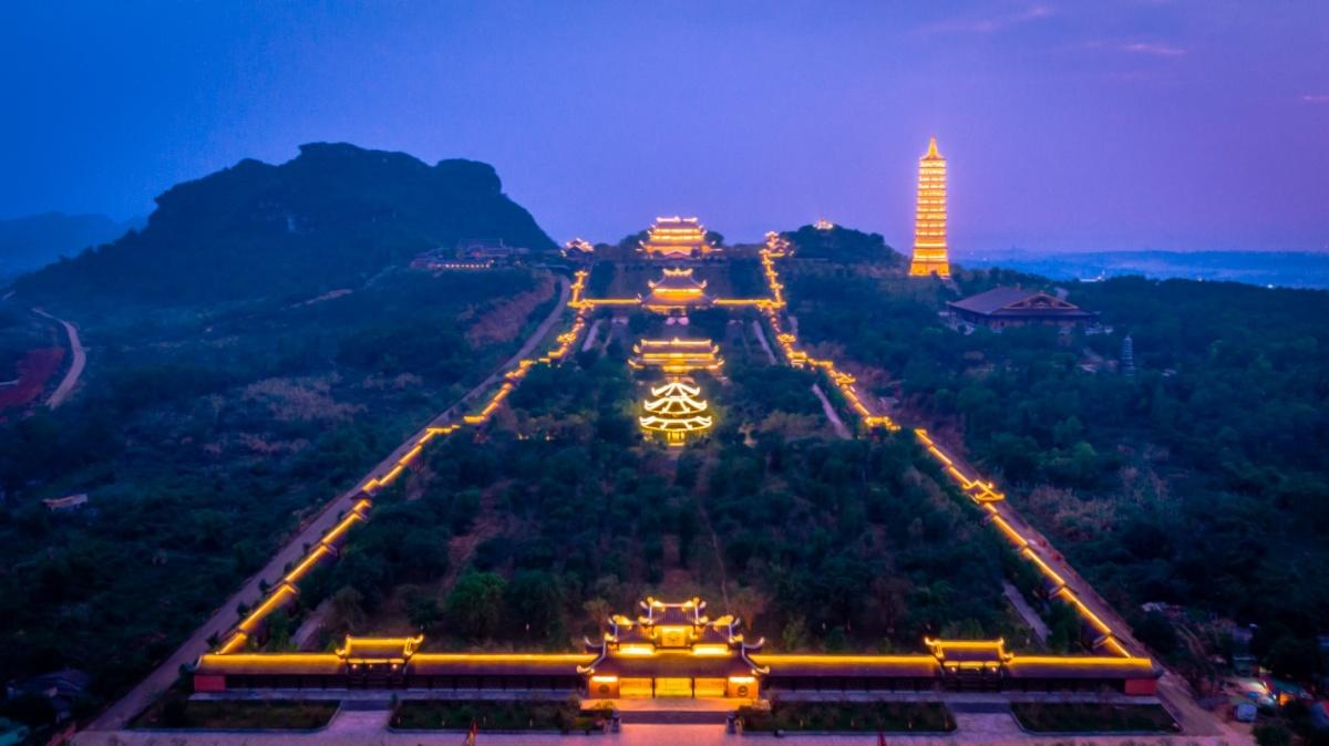 Chùa Bái Đính sáng rực đèn về đêm - VnExpress Du lịch