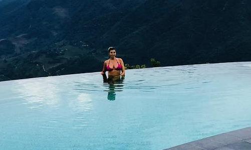 Vợ danh thủ Man Utd khoe vòng một giữa bể bơi vô cực Sa Pa