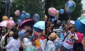 Khách Trung Quốc hớn hở cướp bóng bay đắt tiền trong công viên