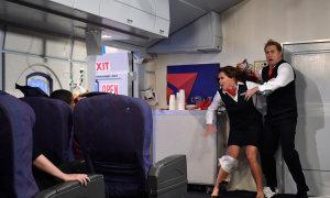 Lần đầu đi máy bay, hành khách nhầm cửa thoát hiểm là toilet