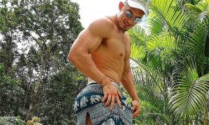 Hot boy thể hình bị rách quần khi cưỡi 'voi' ở Phú Quốc