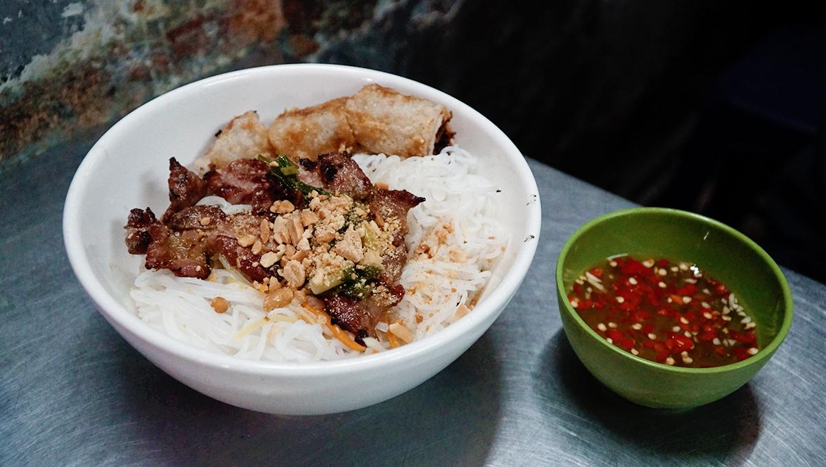 5 hàng bún thịt nướng luôn tấp nập khách ở Sài Gòn - VnExpress Du lịch