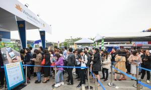 Khách xếp hàng dài mua vé máy bay, tour du lịch ở Travel Fest