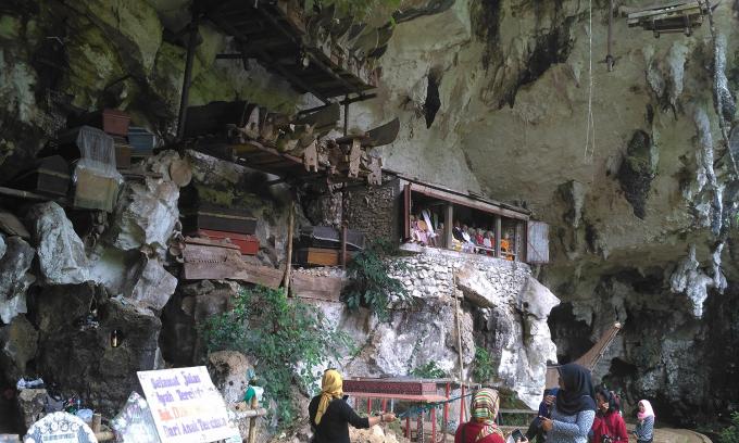Bộ tộc chôn người đã mất trên vách đá ở Indonesia