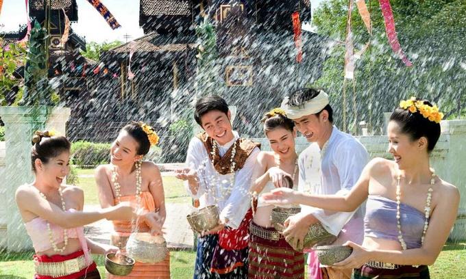 Tháng 4 đi Lào ăn Tết té nước
