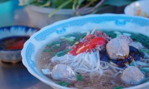 Quán phở sâu trong hẻm nhưng vẫn hút khách của bà cụ Sài Gòn