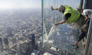 Lên đài quan sát tầng 103, khách Mỹ tái mặt vì đáy kính nứt toác