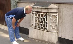 Hòn đá trông bình thường nhưng chứa nhiều bí ẩn ở London
