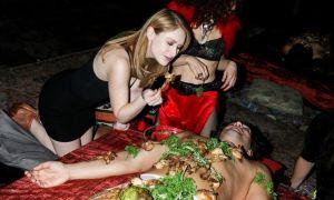 Cô gái lần đầu ăn buffet trên người mẫu ngực trần