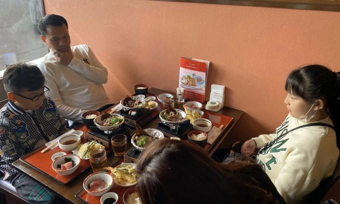 Công ty du lịch hạn chế đồ ăn sống trong tour
