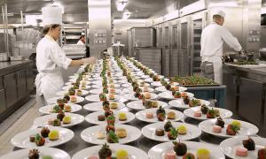 Du thuyền nấu hơn 30.000 suất ăn mỗi ngày