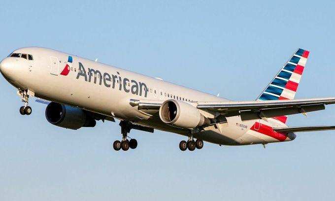 Máy bay bị nứt kính khi đang trên trời