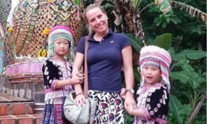 Nỗi oan của hai bé gái vì bức ảnh chụp cùng khách