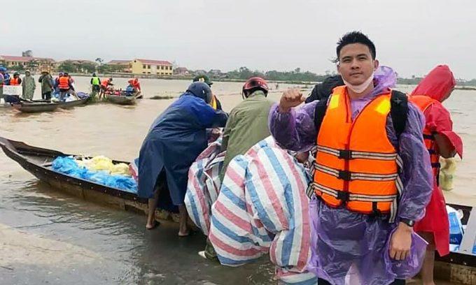 Blogger du lịch cứu trợ người dân ở 'rốn lũ'