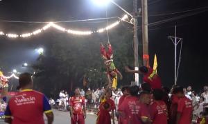 Treo ngược bé 2 tuổi từ cột cao 9 m trong lễ hội
