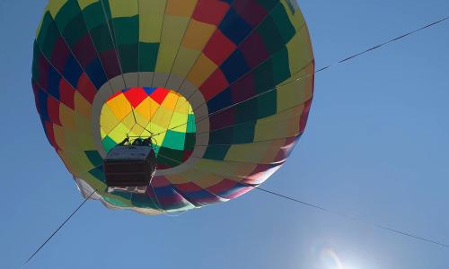 Bay khinh khí cầu cao bằng tòa nhà 6 tầng