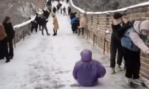 Du khách trượt ngã khi leo Vạn Lý Trường Thành
