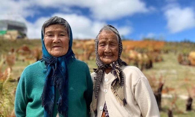 Hai cụ bà U90 chụp ảnh check-in gây sốt mạng xã hội