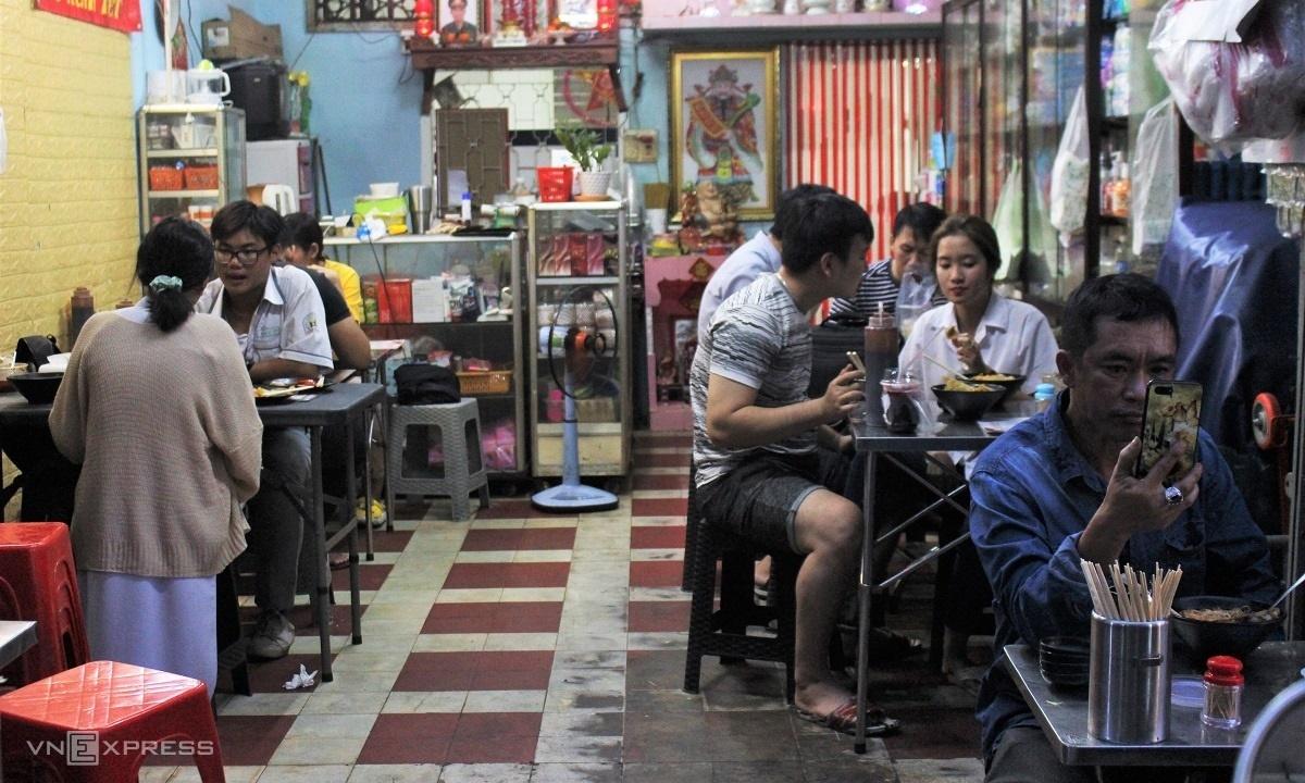 Quán ăn người Hoa hút khách vì tên lạ