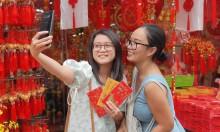 Giới trẻ check-in con đường trang trí Tết