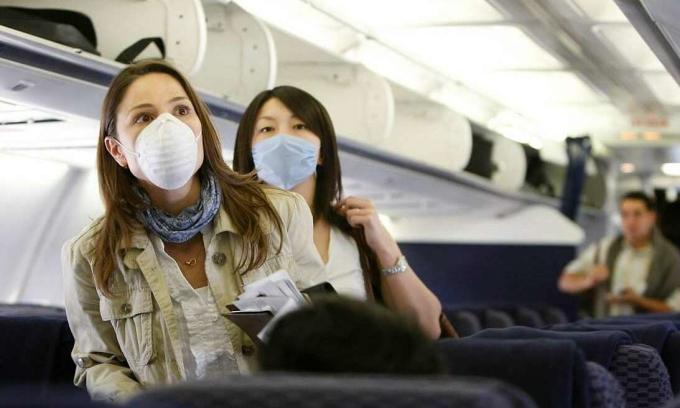 Mẹo đeo khẩu trang thoải mái khi đi máy bay