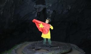 Trần Đặng Đăng Khoa mang áo dài, quốc kỳ chinh phục Sơn Đoòng