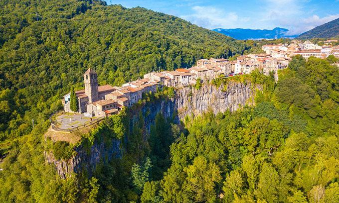 Ngôi làng cheo leo trên vách đá