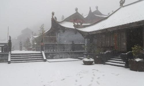 Tuyết phủ trắng Fansipan như phim cổ trang