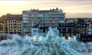 Nơi những con sóng cao hơn tòa nhà 3 tầng