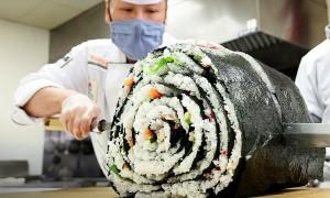 Cuộn sushi nặng hơn 45 kg