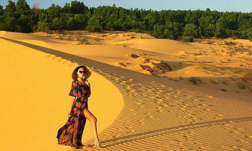 Hai đồi cát đổi màu hút khách ở phố biển