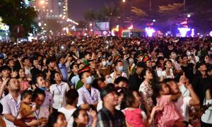 Hàng chục nghìn du khách đổ về Sầm Sơn