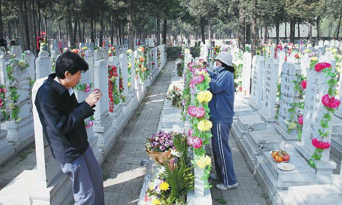 Khách bị lừa đi tour mua đất nghĩa trang