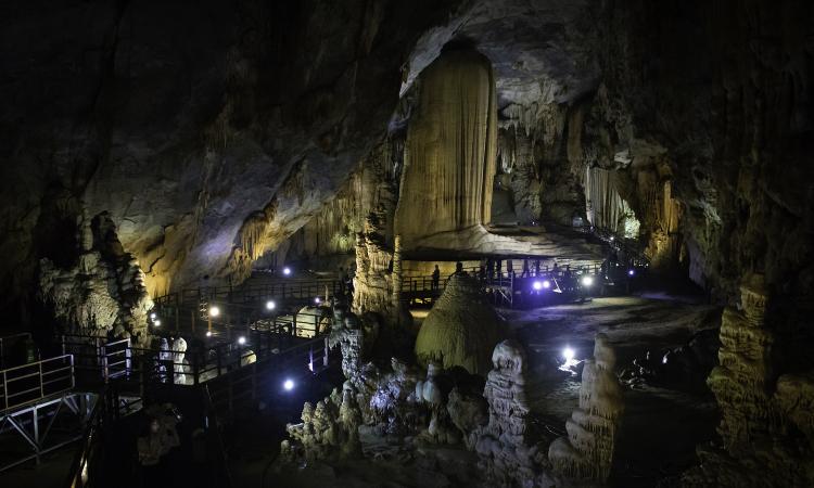Các hang động nổi tiếng dừng đón khách