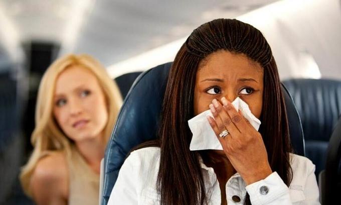 Bị phạt 10.500 USD vì xì mũi trên máy bay