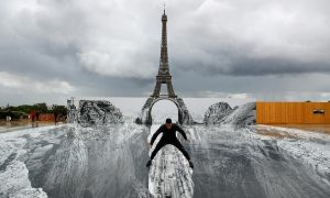 Tháp Eiffel chênh vênh trên 'vực thẳm'