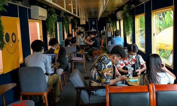 Quán cà phê tàu hỏa hút khách trẻ ở Campuchia