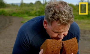 Gordon Ramsay nướng bánh mì dưới lòng đất