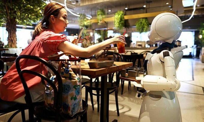 Quán cà phê có robot phục vụ điều khiển bởi người khuyết tật